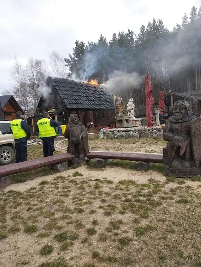 Dzisiaj (21.03.) płonął Gród Foluszek w Zbicznie. Na szczęście, uratowano drewniane rzeźby
