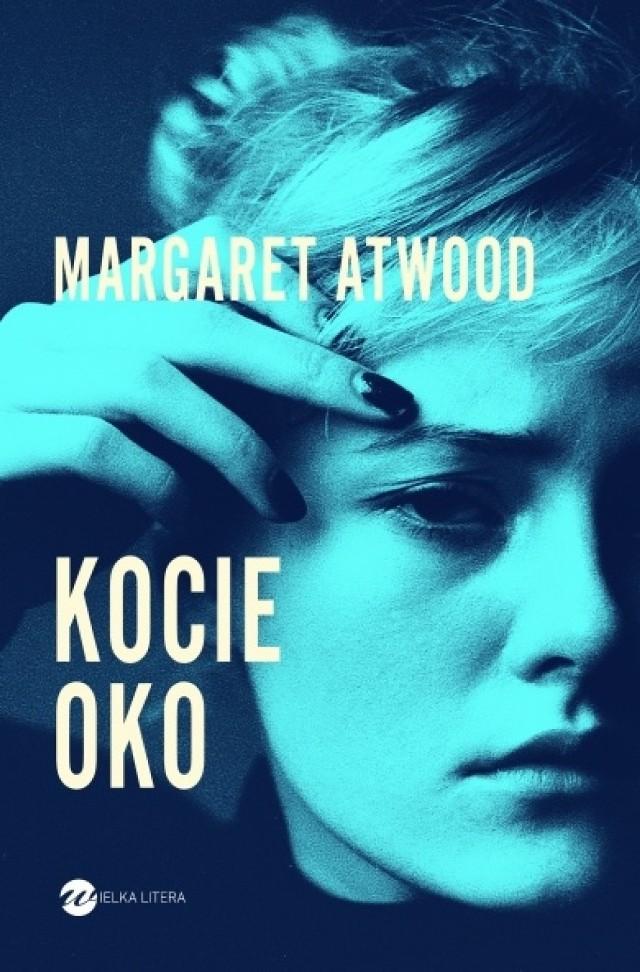 """Kocie oko – Margaret Atwood (Wielka Litera)  Brutalna, dobitna, rozdzierająca serce. """"The New York Times Book Review""""  Genialna, wielowymiarowa powieść. """"Boston Sunday Globe""""  Kontrowersyjna malarka Elaine Risley po latach nieobecności przyjeżdża do Toronto, gdzie jest przygotowywana wystawa jej prac. Znajome domy, ulice i pejzaże utrwalone na jej obrazach, wywołują fale wspomnień o dzieciństwie, które nie było jak z obrazka. Wędrówka po kraju z ojcem-naukowcem, zakazany romans z nauczycielem malarstw i życiowym mentorem, ale przede wszystkim dziewczęca przyjaźń, która zamieniła się w okrutną obsesję. Przeszłość osacza Elaine ciasną pętlą strachu. Tak jak kiedyś. Niepokojąca, głęboka i wnikliwa opowieść o krzywdzie i szukaniu tożsamości – córki, kochanki, artystki i kobiety.  Premiera 4 kwietnia"""