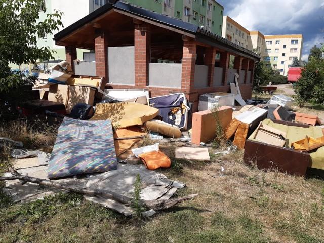Przy wielu śmietnikach w Goleniowie zalegają obecnie sterty niepotrzebnych sprzętów