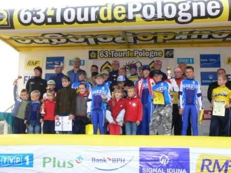 Kołczygłowy. Stali na podium zwycięzców Tour de Pologne