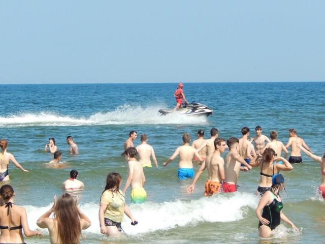 Ratownicy na plaży w Ustce strzegą także miejsc, w których obowiązuje zakaz kąpieli i pracują po godzinach