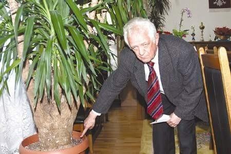 Prezydent Talkowski pokazuje miejsce gdzie zainstalowano jeden z podsłuchów.