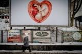 Plakaty z dzieckiem w sercu w Wałbrzychu. Co oznaczają? Są też plakaty z Dzieciątkiem Jezus w łonie matki