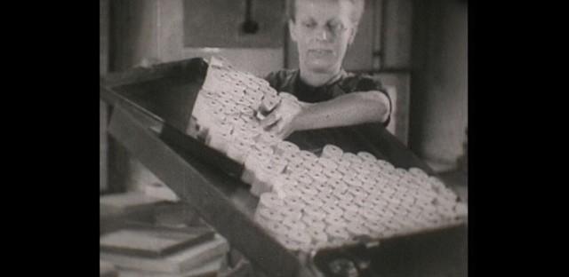 """Kadry z unikalnej produkcji nagranej przed II wojną światową w fabryce nici w Nowej Soli. Kliknij w przycisk """"zobacz galerię"""" i przesuwaj zdjęcia w prawo - naciśnij strzałkę lub przycisk NASTĘPNE"""