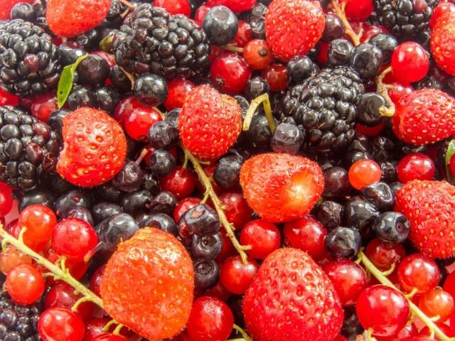 Nigdy nie jedz owoców prosto z krzaka! Robiąc coś takiego możesz się nabawić chorób, które są groźne, a początkowo nie dają wyraźnych objawów.  Zobacz listę owoców, które mogą stanowić zagrożenie.
