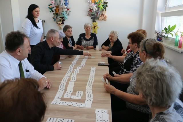 Od 4 maja na zajęcia do Dziennego Domu Pobytu w Rachcinie przychodzą seniorzy z całej gminy. Tu mają zapewnione atrakcje i ciepły posiłek. Z programu korzysta 59 mieszkańców.
