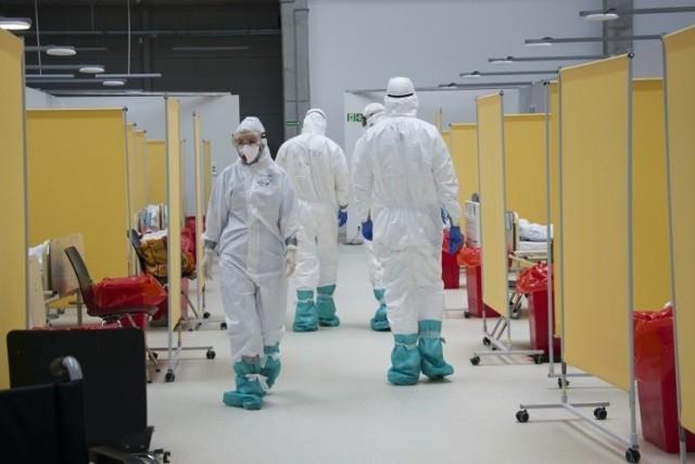 Liczba nowych zakażeń jest na podobnym poziomie, ale zgonów jest już o połowę mniej niż w trakcie III fali pandemii. Oznacza to, że szczepienia działają i rację mieli lekarze, którzy od blisko roku podkreślają, że tylko w ten sposób możemy zabezpieczyć się przed zgonem spowodowanym koronawirusem