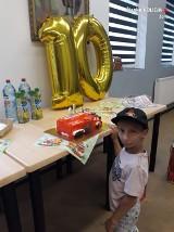 10-letni Bartek z Żor świętował urodziny ze strażakami i policjantami