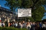 Protest przed Teatrem Powszechnym. Manifestanci odpalili race, doszło do przepychanek [ZDJĘCIA]