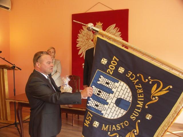 Dzisiaj, o godz. 13 w sali kameralnej Sulmierzyckiego Domu Kultury, zaprzysiężono nowego burmistrza tego miasta,  Dariusza Dębickiego.