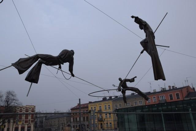 Na Starym Rynku w Częstochowie zainstalowano już wszystkie rzeźby Jerzego Kędziory