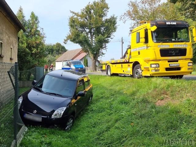 Wypadek w Kotorzu Małym. Zderzenie dwóch samochodów suzuki. Jeden z samochodów rozbił płot