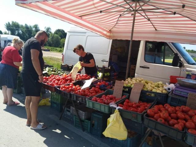 W słoneczny czwartek, 29 lipca, na targowisku w Kobylinie pod Grójcem było dużo kupujących.