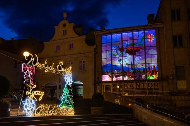 Magiczny klimat Bielska-Białej tworzą iluminacje w rejonie placu Chrobrego - wielki podświetlony witraż, oświetlenie elewacji Zamku, szopka bożonarodzeniowa oraz ramka świetlna do robienia zdjęć