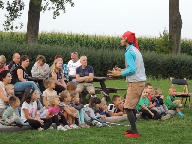 Aktorzy z teatrów Łata oraz Gili Gili zabawiali najmłodszych mieszkańców Nieświastowic.