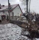 Raba Wyżna. Potężne drzewo runęło na jednorodzinny dom [ZDJĘCIA]