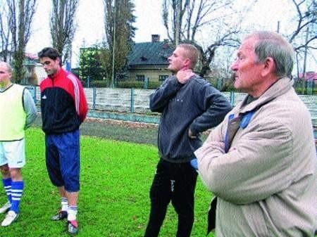 Alfred Gazda (z prawej) jest gwarantem właściwego przygotowania Koszarawy do rundy wiosennej. Mimo trudnych warunków, wczoraj pojechał z zespołem na mecz do Rogowa. Tomasz Wolff