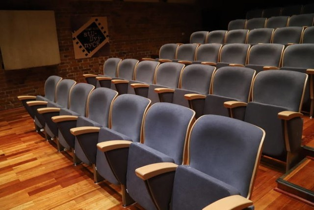 Decyzją rządu od 12 lutego w reżimie sanitarnym przez 14 dni mogą być czynne kina oraz instytucje kultury - teatry czy filharmonie.  Zgodnie z zapowiedziami rządzących dwutygodniowe otwarcie ma charakter warunkowy i może zostać cofnięte przypadku wzrostu liczby zakażeń. Między innymi dlatego nie wszystkie kina zdecydowały się wznowić działalność.   Które kina od 12 lutego będą czynne w Łodzi? CZYTAJ DALEJ