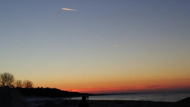 Zachód słońca nad Kanałem Jamneńskim podczas mroźnego, niedzielnego popołudnia.