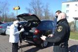 Strażnicy miejscy rozdawali darmowe maseczki w Sosnowcu. Miasto ma do rozdania 800 tysięcy sztuk