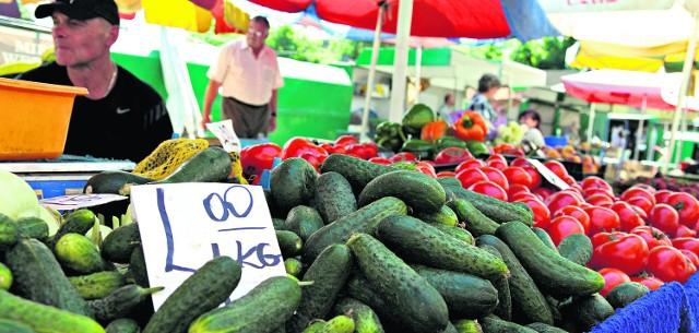 Na targowiskach leżą kilogramy ogórków. Mieszkańcy nie chcą ich kupować, bo boją się zarazić groźnymi bakteriami