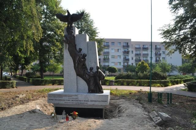 Pomnik przedstawia trzy pokloenia