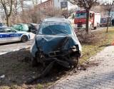 Wypadek na 26 Marca w Wodzisławiu Śl. Daewoo lanos uderzył w latarnię. Kierowca jechał za szybko. Nie miał prawa jazdy i był pijany