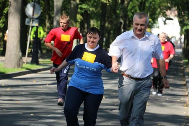 """Minimaraton integracyjny """"Bieg Solny"""" to najstarsza impreza biegowa w uzdrowisku. Ma swoich stałych fanów, ale też co roku pojawiają się na  niej nowi uczestnicy wyścigów na nogach i na wózkach."""