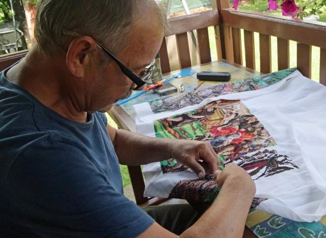 Henryk Linkner z Grudziądza haftuje obrazy, choć nie widzi na jedno oko.