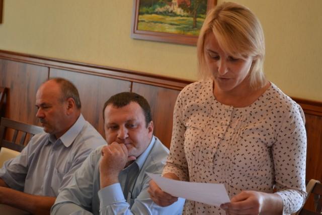 Dorota Gawrońska argumentuje złożenie wniosku o nadanie tytułu Honorowego Obywatela Gminy Czarne księdzu Andrzejowi Pacholskiemu