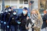 Kujawsko-Pomorskie. Policja karze za brak maseczek. Tylko w tym tygodniu wystawiła 50 mandatów. Od marca 1500