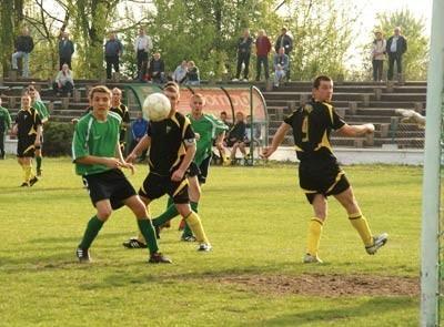 Goście ze Śląska postawili mur, którego  w żaden sposób nie mógł przebić Górnik Piaski (zielone koszulki)