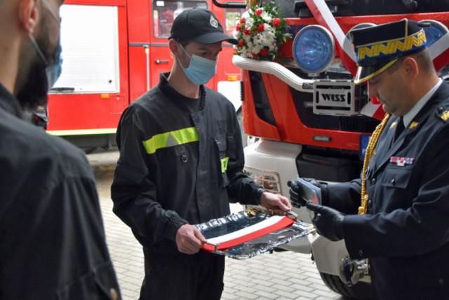 Strażacy OSP w Sączowie oficjalnie powitali w służbie nowy wóz   Zobacz kolejne zdjęcia/plansze. Przesuwaj zdjęcia w prawo - naciśnij strzałkę lub przycisk NASTĘPNE