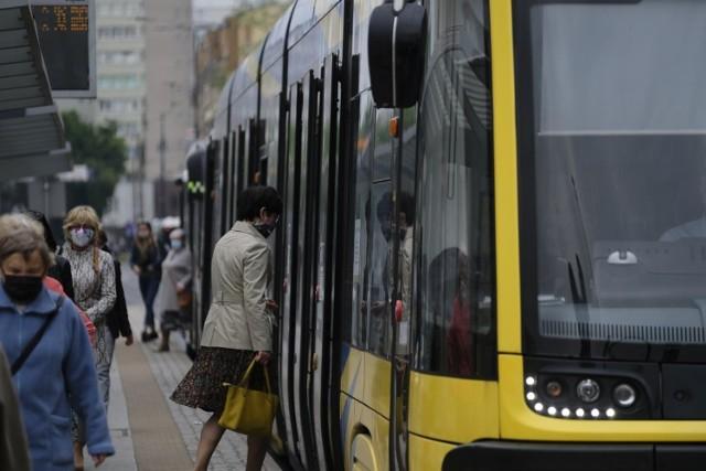 Klimatyzowane autobusy, cicho sunące po szynach tramwaje, elektroniczne wyświetlacze na przystankach – tak w dużym uproszczeniu wygląda komunikacja miejska w Toruniu. Miasto inwestuje kolejne miliony złotych, by modernizować tabor, torowiska i drogi. Sami pasażerowie publicznego transportu nie oceniają jednak najwyżej.   OTO PEŁNA LISTA ZARZUTÓW >>>>  opr. jwn