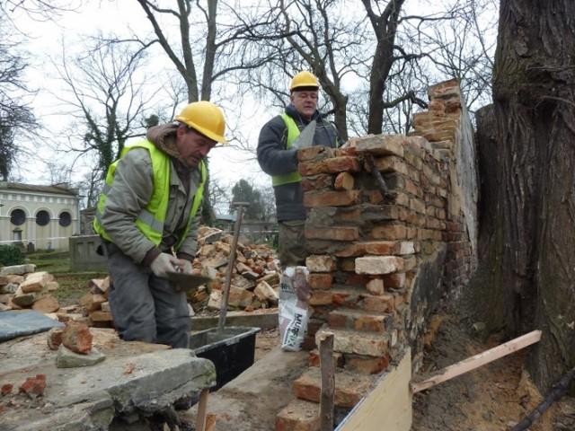 Robotnicy remontuja mur na cmentarzu ewangelickim w Kaliszu