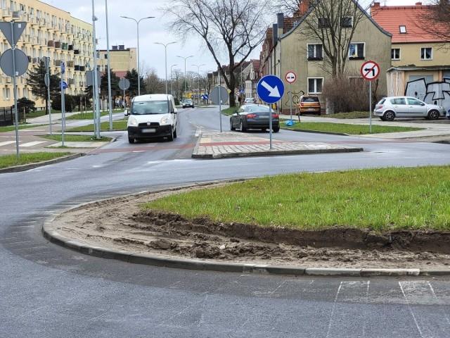 Rozjeżdżona krawędź wyspy ronda Praw Kobiet w Słupsku. ZIM reaguje.