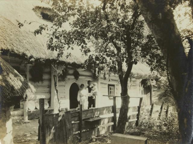 Pośród zdjęć są m.in. te wykonane ponad 100 lat temu w Bronowicach Małych - wówczas podkrakowskiej wsi. Na tej fotografii - rodzina przed chatą krytą strzechą, 1912 rok.
