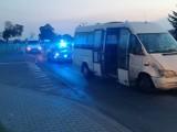 Wojnowice. BMW uderzyło w busa z młodymi piłkarzami. Kierowca osobówki uciekł [ZDJĘCIA]