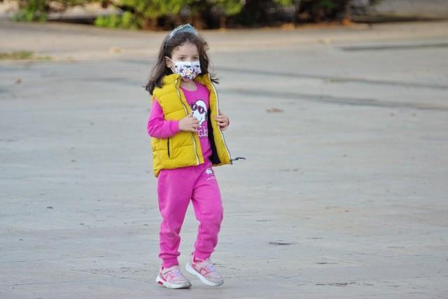 Dzieci zakażone koronawirusem przechodzą chorobę łagodnie lub bezobjawowo.