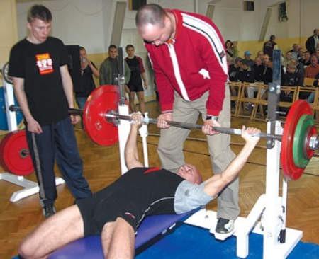 Podczas zawodów siłaczy w górę idą naprawdę duże ciężary.