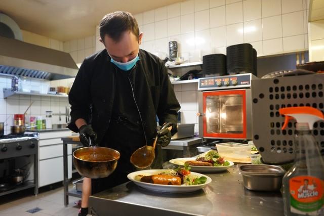 Szczaw i Mirabelki to pierwsza poznańska restauracja, która zdecydowała się otworzyć swój lokal i obsługiwać gości przy stolikach. W Wielkopolsce na taki krok zdecydowały się restauracje w Nowym Tomyślu - Smaczne Jadło oraz w Ostrowie Wielkopolskim - Black Dave Restaurant.   Kolejne zdjęcie --->