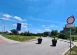 Nowy Sącz. Zniknął darmowy parking przy ruinach zamku. Wjazd zastawiono donicami, gdzie teraz parkować? [ZDJĘCIA]