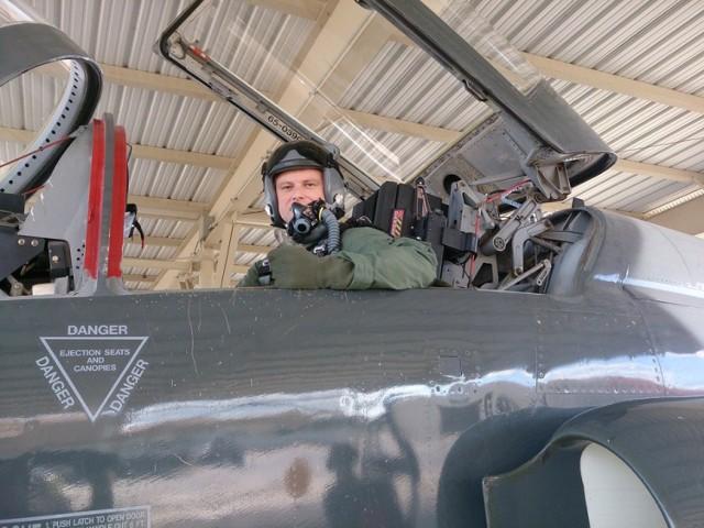 Podpułkownik Konrad Madej z 41. Bazy Lotnictwa Szkolnego w Dęblinie