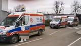 Kolejka karetek przed szpitalem w Zabrzu. Placówka uruchomiła nowy oddział covidowy. Mieszkańcy: Takiej sytuacji tu jeszcze nie widzieliśmy