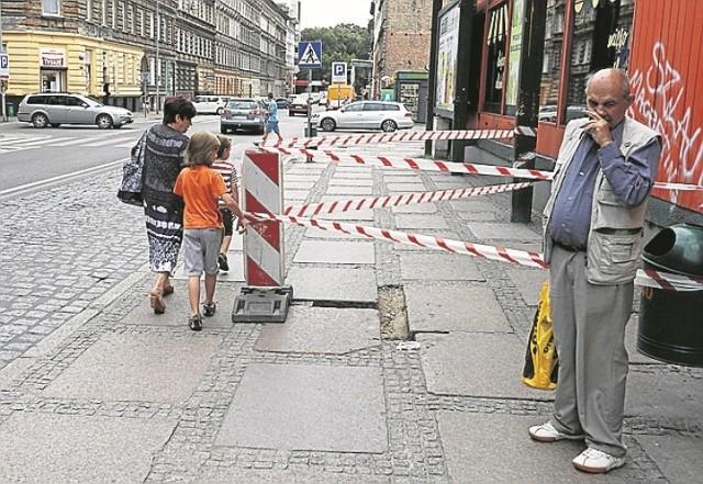 Po naszej interwencji zapadnięty chodnik został odgrodzony taśmą. W usunięcie usterki jest zaangażowane wiele podmiotów