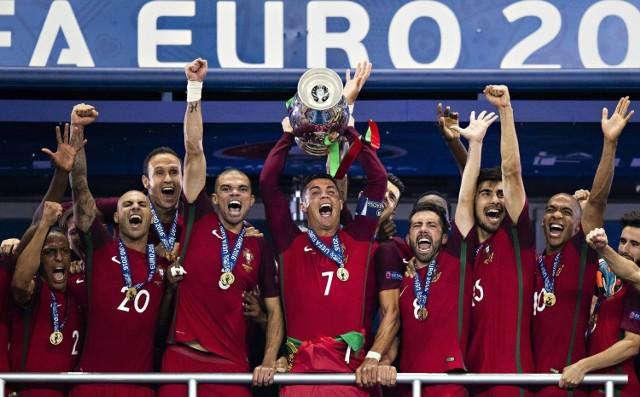"""Trwają piłkarskie mistrzostwa Europy. Turniej już ma kilku bohaterów, a z kolejnymi meczami będzie ich tylko przybywać. Dziś przedstawiamy wam postacie, które są pod pewnym względem niezwykłe. Kto jest najstarszy, najmłodszy, najbardziej doświadczony, najwyższy itd.? Już w sobotę szansę na zapisanie się w historii będzie miał jeden z Polaków.  Uruchom i przeglądaj galerię klikając ikonę """"NASTĘPNE >"""", strzałką w prawo na klawiaturze lub gestem na ekranie smartfonu"""