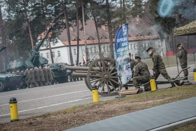 Uroczysta zbiórka na placu apelowym, wyróżnienia dla najlepszych żołnierzy i defilada - tak w największym skrócie wyglądały obchody 100. rocznicy powstania dywizjonu artylerii konnej, połączone z świętem 7. dywizjonu Artylerii Konnej Wielkopolskiej, który jest jednym z bojowych ogniw 17. Wielkopolskiej Brygady Zmechanizowanej z Międzyrzecza i Wędrzyna.