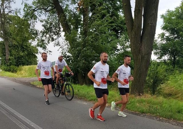 Łukasz Domin z Dynowa i Sławomir Hadro z Dubiecka biegną ze Świnoujścia do Dubiecka koło Przemyśla. Przekroczyli już połowę trasy. We wtorek rano wyruszyli w 78-km etap z Raciborza do Wisły.