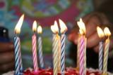 ŻYCZENIA NA URODZINY. Śmieszne życzenia urodzinowe, krótkie wierszyki SMS na urodziny