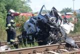 Ociąż: Samochód osobowy zderzył się z pociągiem. Jedna osoba jest ciężko ranna. ZDJĘCIA